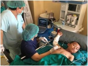 Photivanh supervisant l'anesthésie d'un enfant